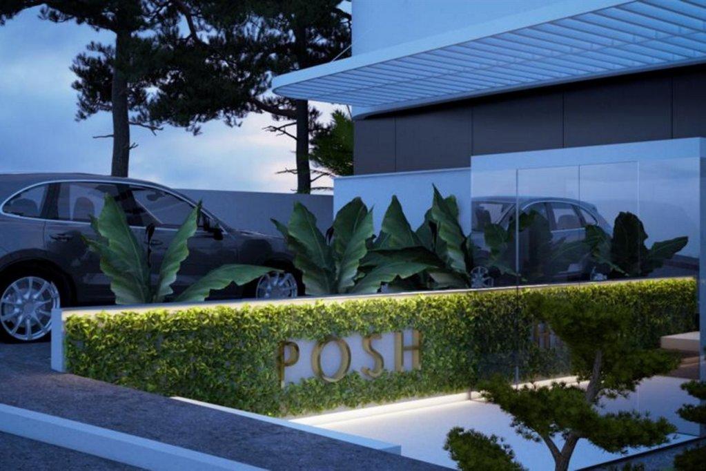 Hotel Posh, Split Image 44