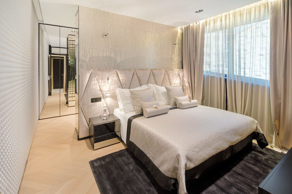 Hotel Posh, Split Image 43
