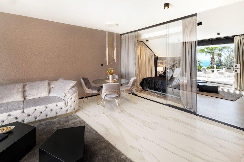 Hotel Posh, Split Image 26